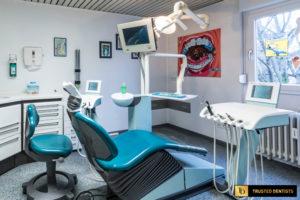 Zahnarztstuhl mit Monitor
