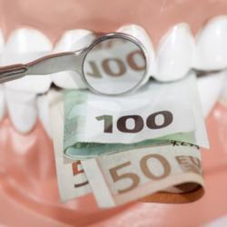 Geldscheine zwischen Zähnen
