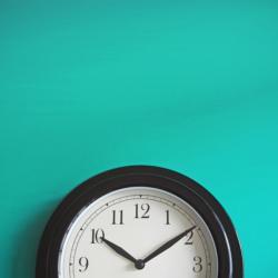 Uhr auf türkisem Hintergrund