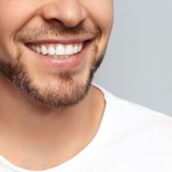 Retainer stabilisieren - Mann lächelt