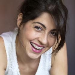 Lächelnde Frau mit Zahnspange
