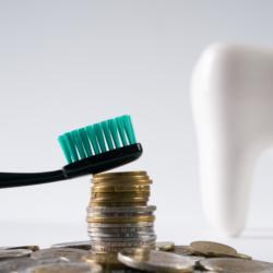 Zahnbürste Geldmünzen