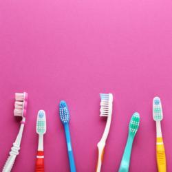 Zahnbürsten auf pinkem Hintergrund