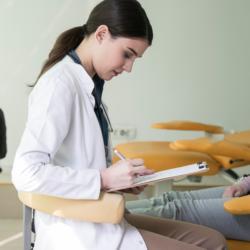 Zahnärztin bei der Anamnese eines Patienten