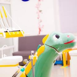 Dinosaurier als Behandlungsstuhl beim Zahnarzt