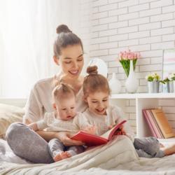 Mutter liest gemeinsam mit Tochter ein Buch
