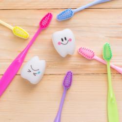 Kariesrisiko spielerisch mit bunten Zahnbürsten reduzieren