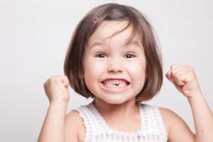 Kleines Mädchen freut sich auf die Zahnputzschule