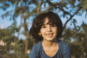 Kind im richtigen Alter für die Zahnputzschule