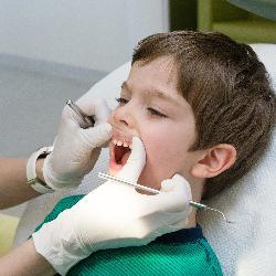 Bei der Kariesrisikobestimmung untersucht der Zahnarzt viele verschiedene Faktoren