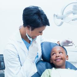 Angemessene Behandlung beim Kinderzahnarzt