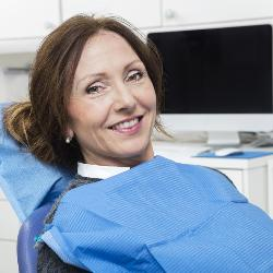 Patientin im Zahnarztstuhl
