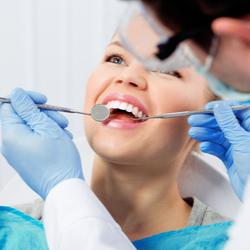 Glückliche Patientin auf dem Zahnarztstuhl