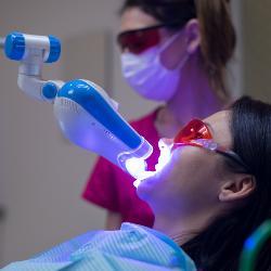 Patientin wird mit einem Ultraschallgerät behandelt